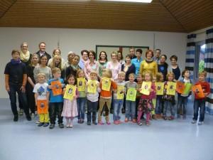 Das Foto zeigt die Maxi-Kinder (angehenden Schulkinder 2014) mit ihren Eltern und Erzieherinnen und Henrich Berghoff, 1. Vorsitzender DKSB Warendorf